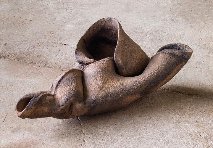 Vincent Barré. Haut Nr. XVII, 2007, Steingut, dunkel