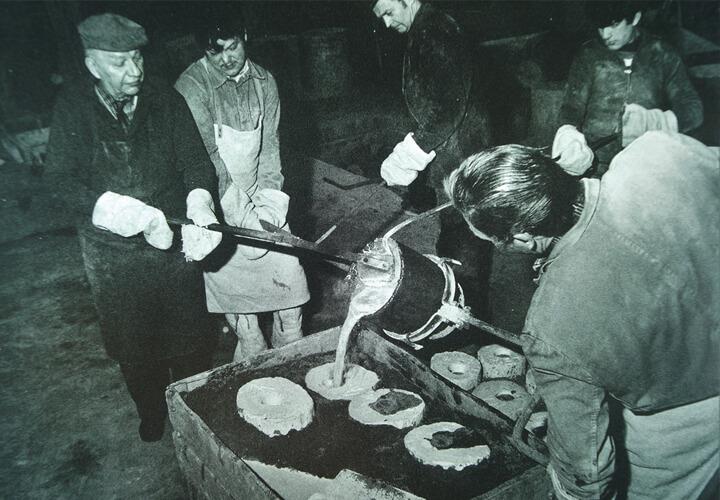 Handwerker während des Gießens, ca. 1960, Gießerei Barth, Rinteln