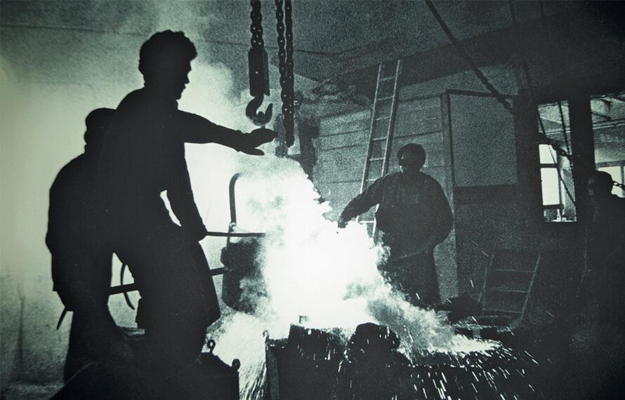Der Gießer bei der Arbeit mit geschmolzener Bronze, um 1950, unbekannte Gießerei