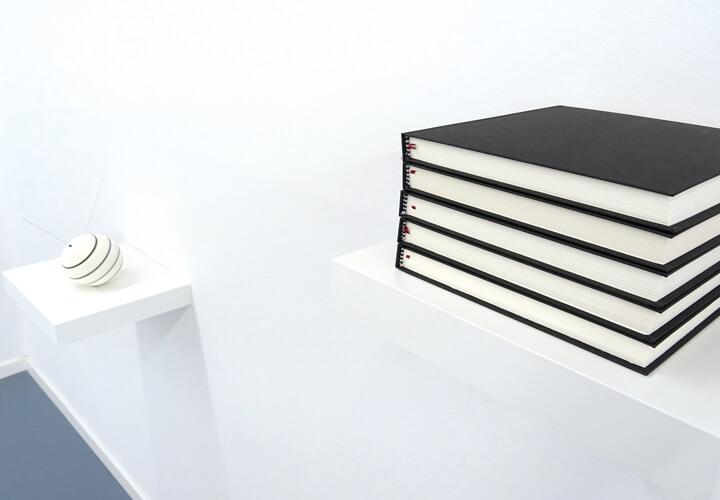 Noriko Yamamoto, Weltformel, 2011, Zeichenbücherserie, Installation