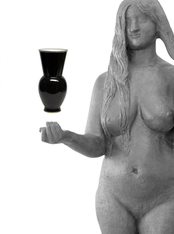 Marguerite Friedlaender: Blumenvase Halle (II), schwarz glasiert mit Goldrand, 1931, Galerie Fiedler, Berlin; Gerhard Marcks: Thüringer Venus, Bronze, 1930, Gerhard-Marcks-Stiftung, Bremen