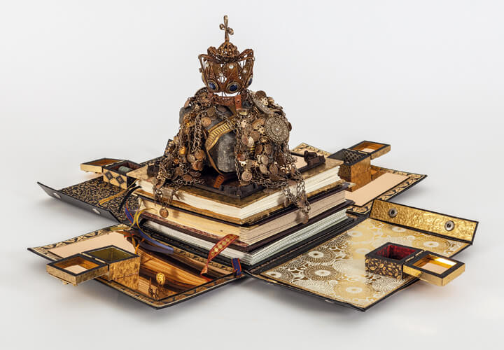 Ricardo Brey, »Ich liebe es, auf verbotenen Meeren zu segeln und an barbarischen Küsten zu landen«, 2019; Papier, Spiegel, goldenes Metallpapier, Stein, Krone, Batterie, Keramikfliesen, Metallmünzen, Keramik, Meteorit und drei Faltbücher; Foto: We Document Art, Antwerpen