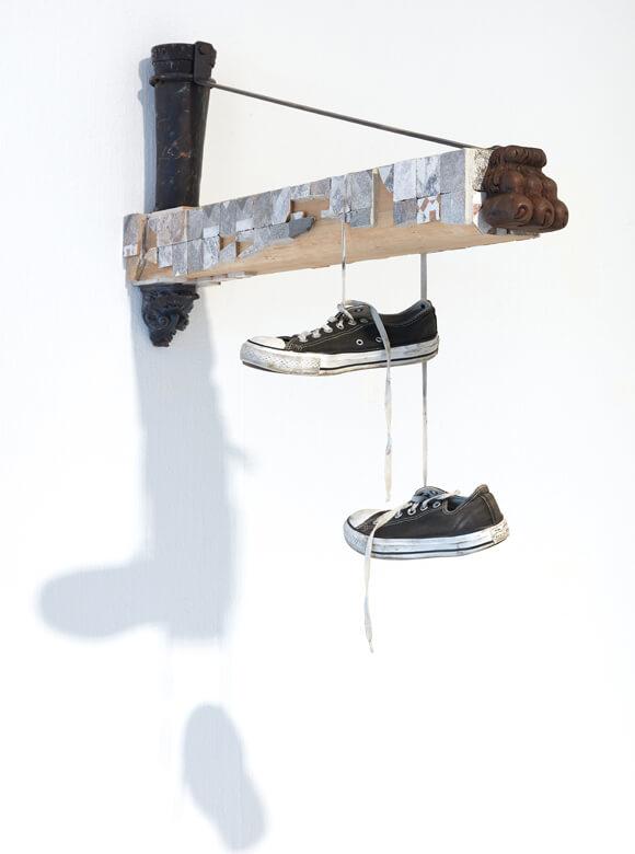 Ricardo Brey, Converse, 2018, Holz, geschnitztes Holz, Kupferrohr, Eisen, Steine, Fliesen und Schuhe; Foto: We Document Art, Antwerpen