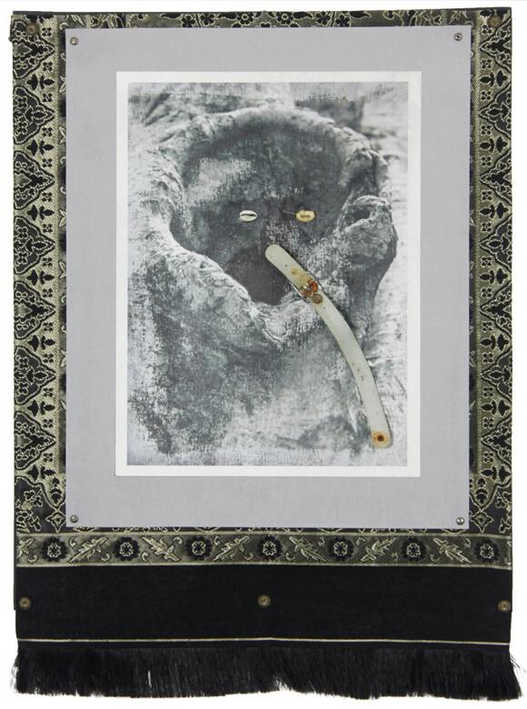 Ricardo Brey, Porträt, 2016, Foto auf Leinwand, Pappe, Stoff, Kaurischneckengehäuse, Teppich, Gürtel und Metall auf Leinwandtafel