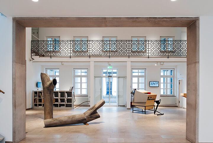 Rechts: Blick in das Gerhard-Marcks-Haus