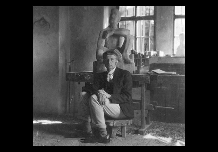 Gerhard Marcks im Atelier vor seiner Figur Adam, 1925