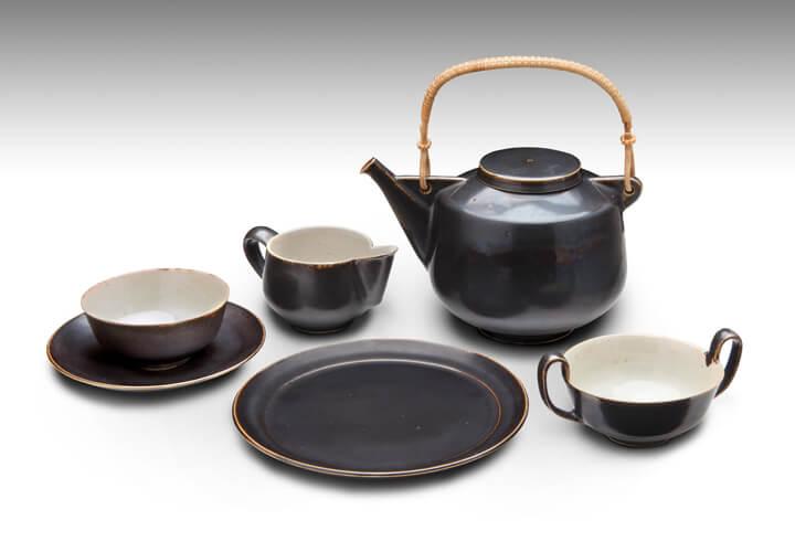 Gerhard Marcks (Entwurf), Hannes Eckeberg (Ausführung), Teeservice, 1947, hochgebrannte Keramik. matt schwarz glasiert