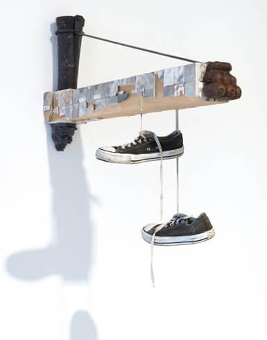 Ricardo Brey, Converse, 2018; Holz, geschnitztes Holz, Kupferrohr, Eisen, Steine, Fliesen und Schuhe; Foto: We Document Art, Antwerpen