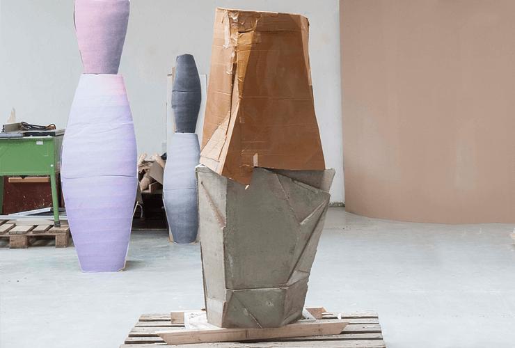 Upside down, 2016/17, Beton, Pappe, Pappe bedruckt, Fotodruck auf Stahl, Gips, Atelieransicht Ensemble von Vasenformen
